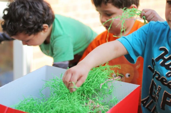 Fine-Motor-Easter-sensory-Idea