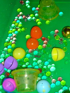 Easter-Egg-water-Bead-sensory-bin